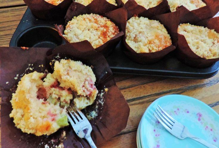Rabarber aardbeien muffins zijn heerlijke luchtige, frisse muffins, zacht in de mond en met een smeuïg kruimellaagje. Altijd lekker!