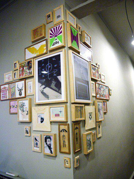 photos au mur cadres en bois sympa accrochage au coin