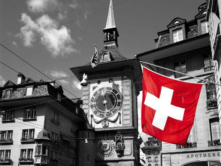 O símbolo da cruz branca sobre fundo vermelho aparece pela primeira vez na história suíça como emblema do cantão de Schwytz, um dos cantões fundadores da Confederação Suíça, em 1291. A bandeira deste cantão ainda hoje tem a cruz branca no ângulo superior direito do seu fundo vermelho. O símbolo do crucifixo simbolizava a liberdade concedida pelo império aos habitantes daquele cantão.  http://nomundocurioso.blogspot.com.br/2010/02/curiosidades-sobre-suica.html