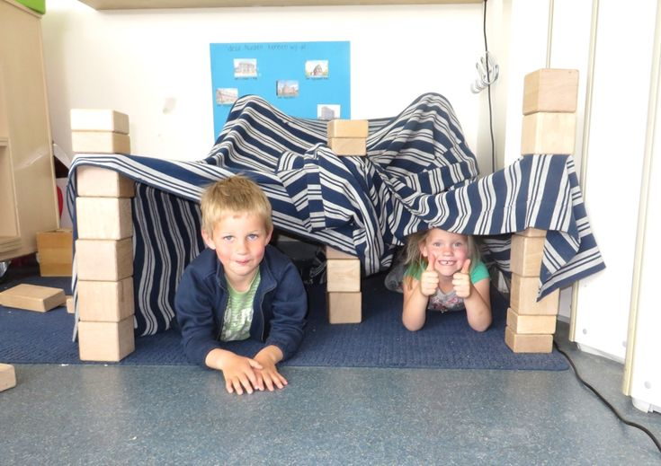 Tenten bouwen met blokken en kledenin de bouwhoek met kleuters, thema kamperen, kleuteridee