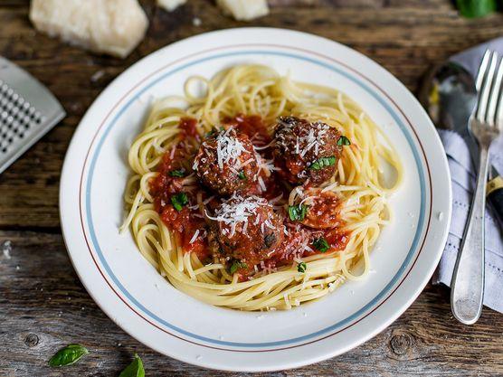 Disse kjøttbollene passer like godt på pizza og tapasbordet, som i tomatsaus til spaghetti. Krydret med sitronskall, parmesan og frisk basilikum blir disse lett en favoritt.