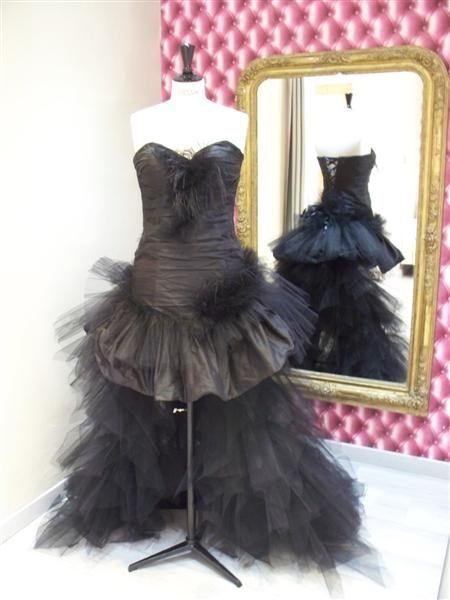 """Delphine voulait une robe de mariée noire avec une taine amovible.  Elle adorait la robe Maxine de ma collection """"Mon Amour"""" en doupion de soie plissé agrémenté de plume d'autruche.  La traine en mouchoir de tulle est attachée par un beau ruban en satin de soie et s'enléve le soir pour pouvoir danser toute la nuit.     Elle était magnifique avec sa robe noire sur son cheval camarguais blanc."""