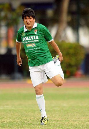サッカーの対コロンビア親善試合に出場したボリビアのモラレス大統領=2012年4月、コロンビア・カルタヘナ(AFP=時事) ▼17May2014時事通信|大統領がプロサッカー契約=ボリビア http://www.jiji.com/jc/zc?k=201405/2014051700108 #Evo_Morales
