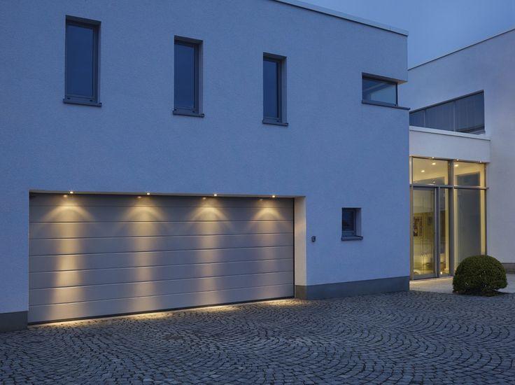 Le spot extérieur encastrable Out 65 est très résistant. En effet, il est spécialement conçu pour les zones humides et peut donc également convenir pour une salle de bain. Ce luminaire basse tension existe en trois coloris : blanc, chrome et gris argenté.