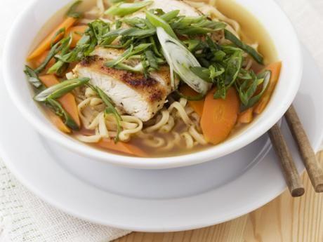 Buljong med nudlar, kyckling och salladslök Receptbild - Allt om Mat