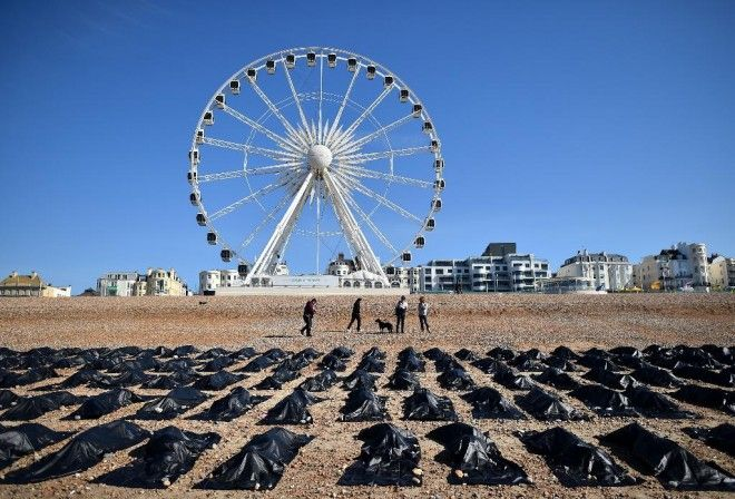 """[ONG #dontletthemdrown] Spectaculaire opération d'Amnesty International UK mercredi 22 avril 2015 au matin sur la plage réputée tranquille de Brighton en Angleterre: 200 sacs contenant de faux restes humains y ont été exposés afin d'alerter sur le sort tragique des migrants en Méditerranée. Des membres de l'ONG se sont même zippés dans certains. Une action relayée avec le hashtag #dontletthemdrown (""""ne les laissez pas couler"""")."""