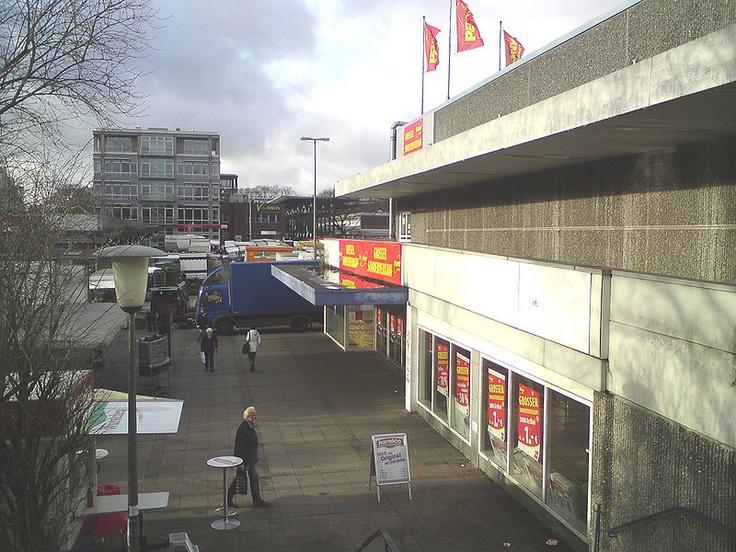 Das ehemalige Hertie-Gebäude in Hamburg-Langenhorn im November 2009