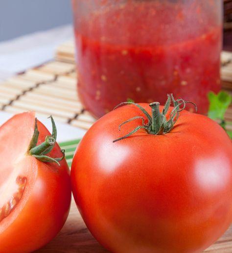 Deze tomatensaus gebruik ik altijd als basissaus voor bolognaise, soep of gehaktballetjes in tomatensaus. Allemaal verse ingrediënten uit onze moestuin. Dit recept resulteert in ongeveer 3/4 litertomatensaus.