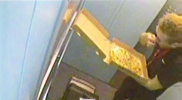 Se video av pizzabudet som i smug stjeler pålegg fra kundens pizza