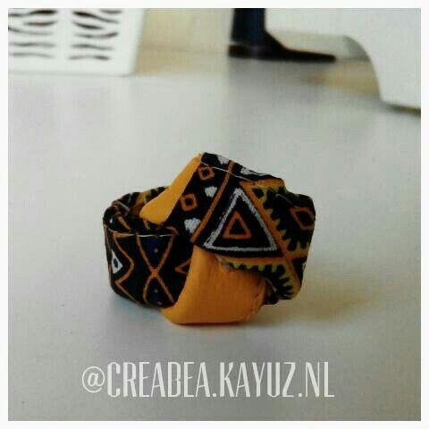 Een leren ring met Afrikaanse stof.