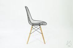 Afbeelding van Eames Herman Miller DKR zwarte draad stoel eiken plug base
