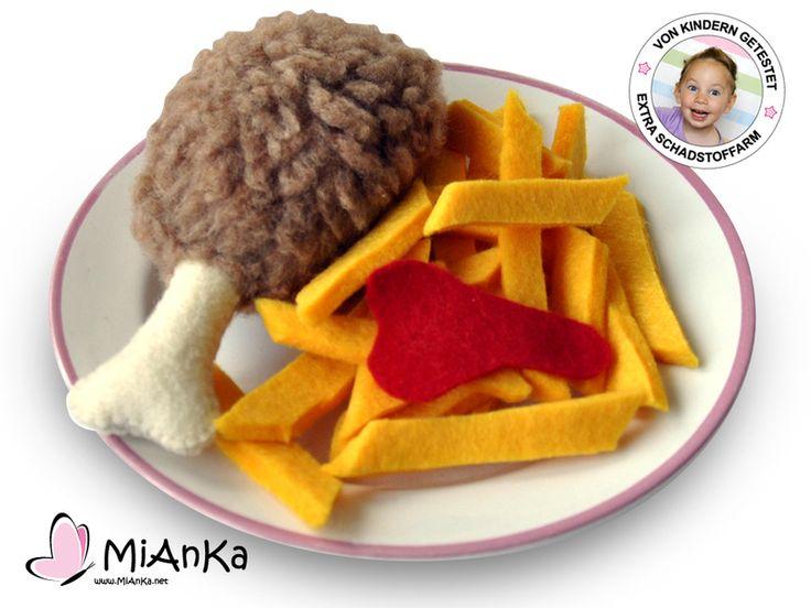 Ein leckerer Hähnchenschenkel mit Pommes und Ketchup für die Kinderküche.