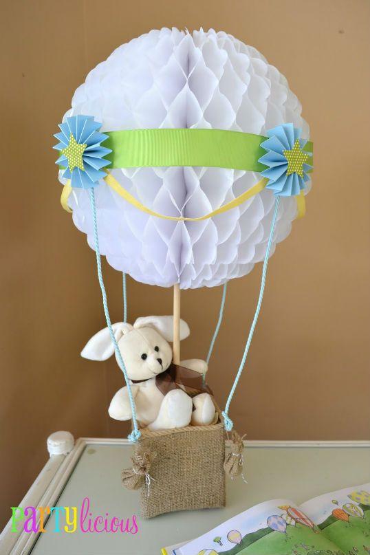 Como centro de mes apara tu baby shower decorar con globos aerostático , utilizando las esferas de panal de abeja de papel. #DecoracionBabyShower