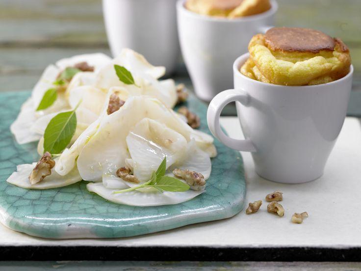 Kartoffel-Soufflé - auf Sellerie-Walnuss-Salat - smarter - Kalorien: 466 Kcal - Zeit: 50 Min. | eatsmarter.de Für Vegetarier genau das Richtige, Fleischessen ergänzen dieses Gericht durch Fleisch.
