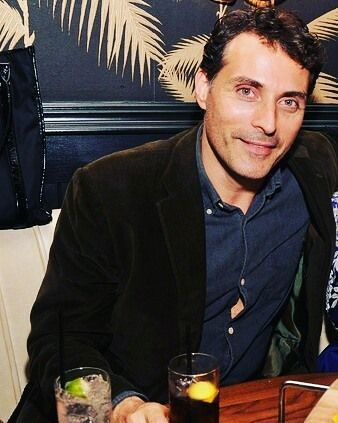 COME SI FA A NON INNAMORARSI???? ? I MEAN, HE'S THE CUTEST THING EVER. A HAPPY PUPPY 😍😍😍😍😍😍😍😍 #rufussewell #actor #themaninthehighcastle #seriestv #talent #johnsmith #britishactor #cutiepie #adorable #puppy #beautifulperson #curlyhair #elegant #dinner #drink #shirt #daddy #sexy #cute #sweet #icant #hesoperfect #ilovehim