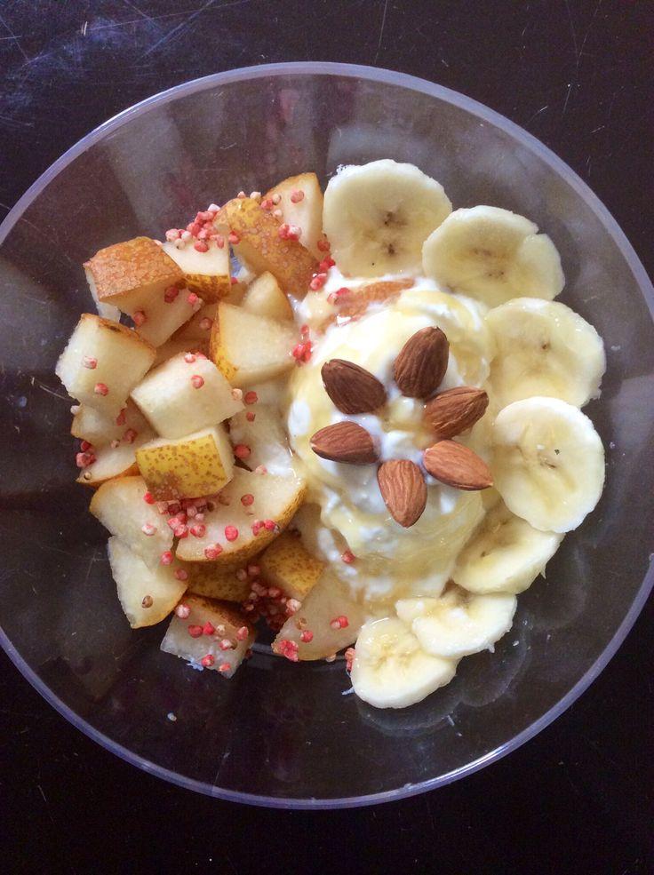 Yogurt Griego, quinua de fresa, rodajas de manzana, banano, almendras y un chorrito de miel! Rico y Nutritivo*