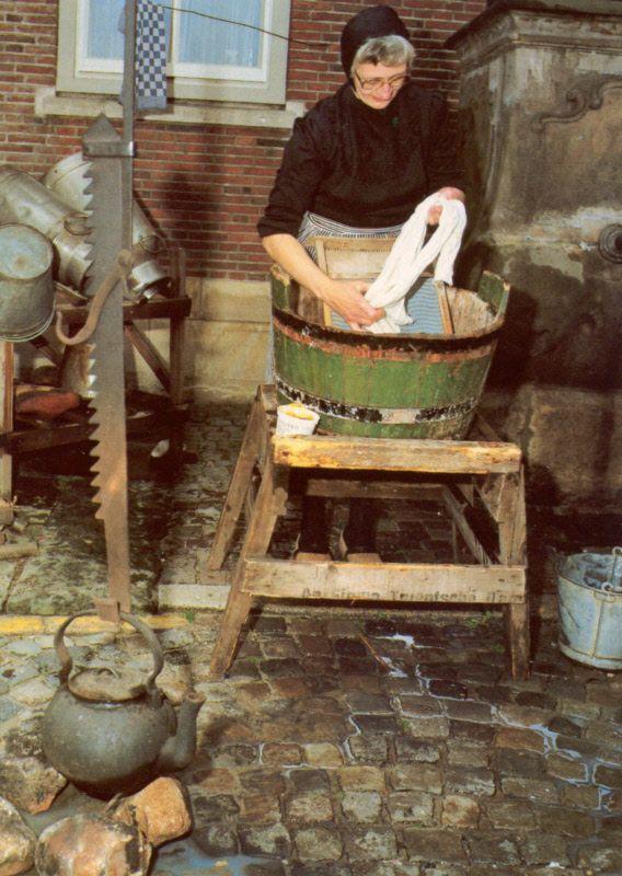 Siepelmarkt, wasvrouw Lies Arens (Lattrop). Beschrijving: Pers: Foto geplaatst in Dinkelland Visie 2005-08-04. Siepelmarkt is een folkloristische markt met demonstraties van oude ambachten, volksdansen en een boerenbruiloft. Beeldbank Ootmarsum #Overijssel #Twente
