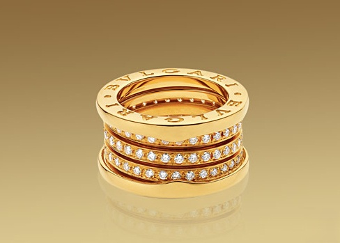 Anello B.ZERO1 a 4 fasce in oro giallo 18 carati con pavé di diamanti.