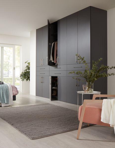 Raffito draaideurkast voorzien van Twistdeuren in het decor antraciet.