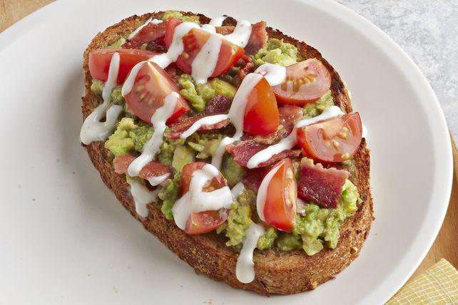 Garnissez des tranches de pain au blé entier d'avocat écrasé, de bacon émietté, de tomates cerises et d'un filet de vinaigrette. Le résultat? Des rôties à la fois simples et délicieuses!