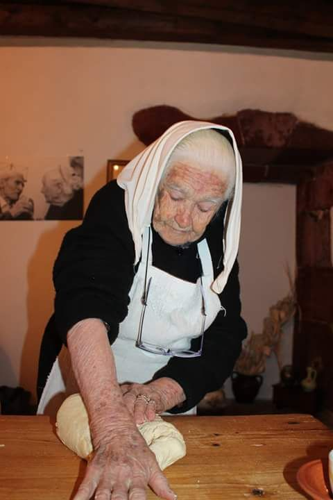 99 Anni, si fa ancora il pane in casa.