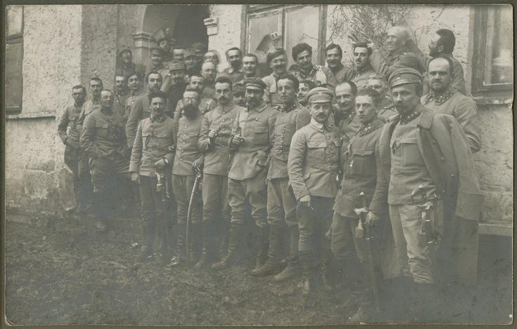 """Imieniny Józefa Piłsudskiego, Grudzyny 1915 r. To od tego wydarzenia rozpoczęła się tradycja obchodzenia imienin komendanta Piłsudskiego. Oficerowie ofiarowali mu wtedy złoty zegarek z napisem """"Kochanemu Komendantowi - korpus oficerski"""", a III batalion ofiarował piękny album, przechowywany potem w Muzeum Belwederskim"""