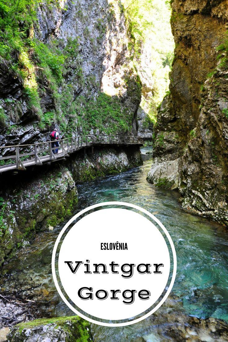 Percorrendo o Vintgar Gorge na Eslovênia; desfiladeiro que percorre por 1 quilômetro e 600 metros o rio Radovna, próxima ao Lago de Bled.