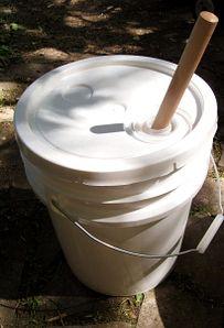 Bau Dir eine tragbare Waschmaschine aus einem Pömpel und einem Eimer. | 39 Camping-Hacks, die einfach nur genial sind