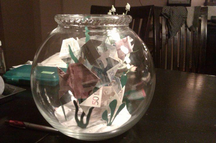 gevouwen visjes van geld in een vissenkom als cadeau