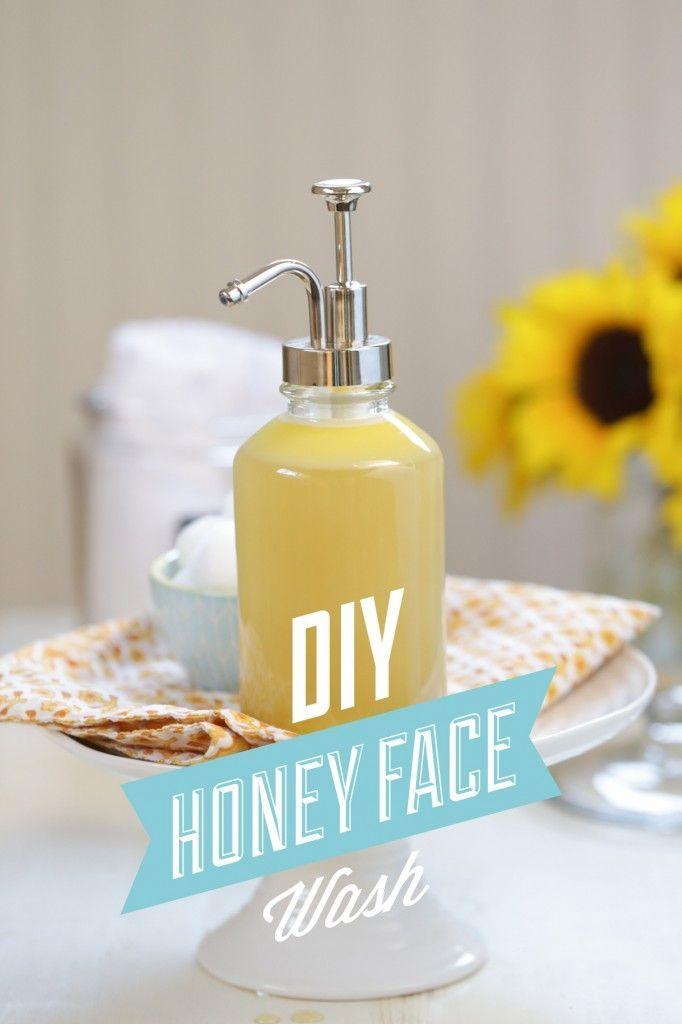 Una miel casera lavado de cara de bricolaje que es natural y eficaz para la limpieza de la piel.  Esto fácil lavado de cara sólo requiere cuatro ingredientes (y dos segundos de tiempo) - jabón de castilla, miel, agua y un aceite nutritivo!