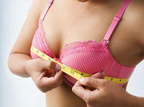 Una de las principales razones por las que las mujeres no desarrollan un tamaño mayor de sus senos es el desequilibrio hormonal, lo cual puede ser tratado de manera dietética debido a que las propiedades de ciertos alimentos ayudan a aumentar el busto.