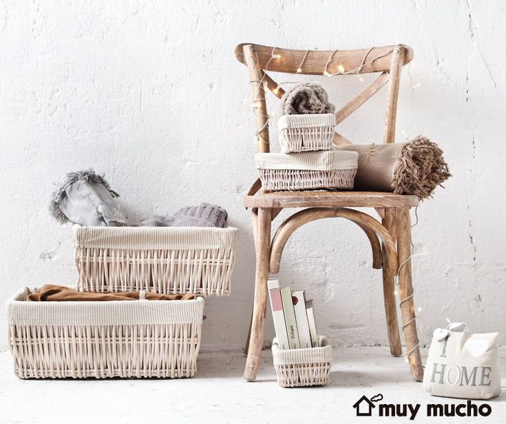 Silla, Cajas y cestas de almacenaje  de muy mucho #muymucho #muymuchopormuypoco #orden #decoración #silla #madera #mimbre