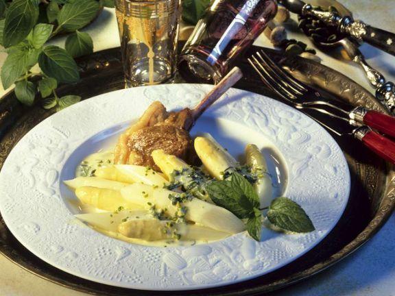 Lammchops mit Spargel und Minzsauce ist ein Rezept mit frischen Zutaten aus der Kategorie Lamm. Probieren Sie dieses und weitere Rezepte von EAT SMARTER!