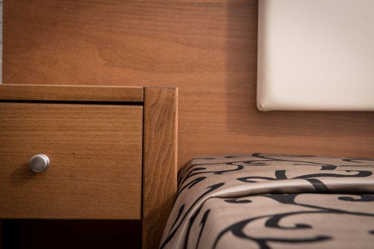Λεπτομέρεια με κρεβάτι & κομοδίνο. Heronissos Hotel - Χερσονησσος