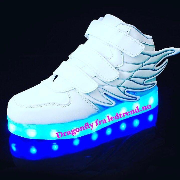 Ligner på en hvit engel. Dragonfly sko fra ledtrend  #ledtrend #barnemote #barnegave #gavetips #sko #barnesko #jentesko #jentemote #guttesko #hvitesko #dragonfly #skonyheter #ledsquad #dans #dansetime #danseløve #dansesko #blinkesko