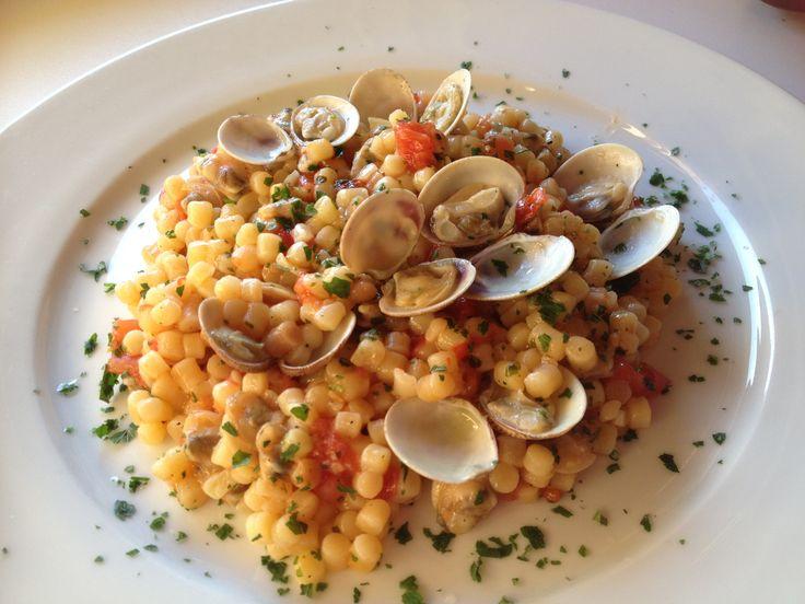 La fregola è una specialità tipica della Sardegna. Viene lavorata a mano in minuscole palline di semola di grano duro, poi tostate al forno. Esiste di vari