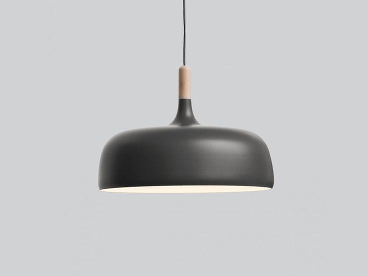 Opływowy kształt lampy Acorn został zainspirowany naturalną formą, nadając jej specjalne kontury i obniżony profil. Odcień przypomina skorupę żołędzia, która staje się pusta, gdy uwolni się dojrzały owoc. Lampa jest zawieszona pod sufitem za pomocą jedwabnego przewodu wewnątrz którego ukryty jest kabel zasilający. Lampę mocuje się do sufitu za pomocą osłonki w kolorze lampy.