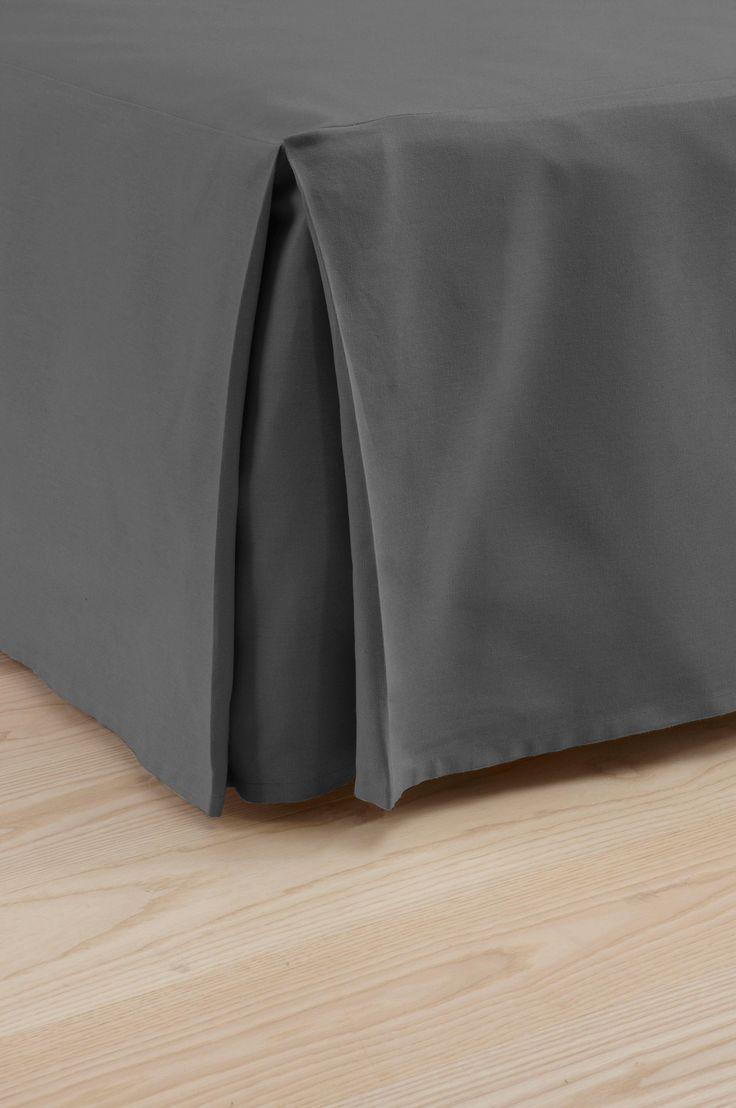 Enfärgat lugnar ner och smälter in utan att ta för mycket plats. En bra bas helt enkelt. Material: 100% bomull. Storlek: Höjd 45 cm. Beskrivning: Sängkappa. Bomull i halvpanama. Ange storlek vid beställning. Skötselråd: Tvätt 40°. Krympning max 5%. Tips & råd: COLOUR är en kollektion i många härliga färger som uppdateras efter säsong.