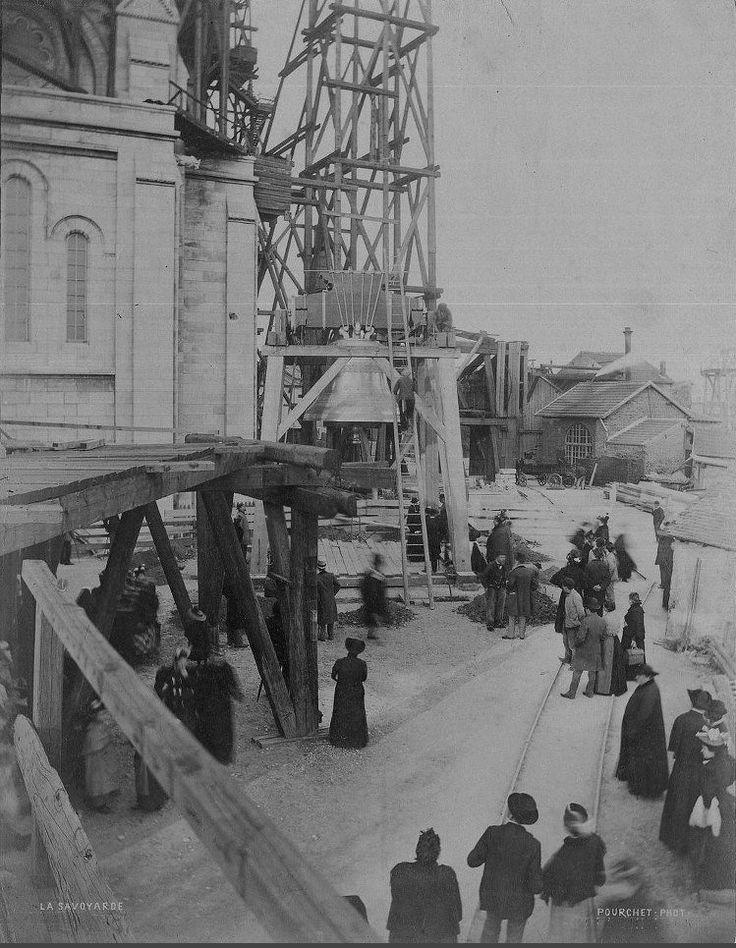 """Le 16 octobre 1895, """"La Savoyarde"""" (de son vrai nom """"Françoise-Marguerite du Sacré-Coeur"""") arriva sur la butte Montmartre. C'était la plus grosse cloche de France. Son arrivée à la basilique du Sacré-Coeur fut un événement parisien... (photo Pourchet)  (Paris 18ème)"""