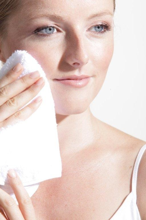 Pat dry your skin. This will protect the delicate facial skin and allow some moisture to be sealed in.