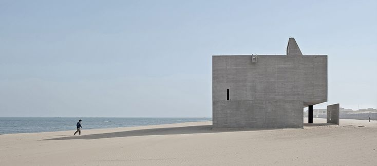Mit einer für die chinesische Architektur-Megalomanie untypischen Schlichtheit, baut das junge Büro um Gong Dong eine puristische Bücherkiste am Strand mit freiem Blick auf den Horizont.
