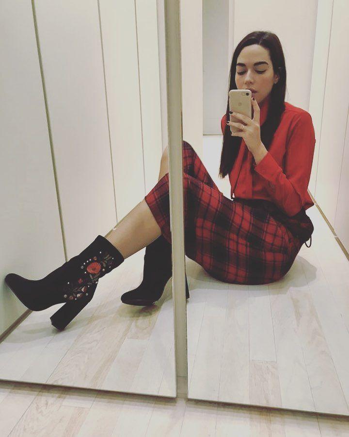 Ismini Dafopoulou loves embroidery in her #MIGATO DF6198 block heel booties!  Shop link ► bit.ly/DF6198-L14en