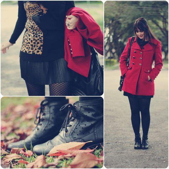 Look de inverno com sobretudo vermelho cereja saia plissada preta suéter com estampa de onça meia calça preta e coturno