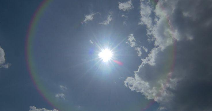 White clouds on blue sky with sun. - Ce plan de haute qualité Rights Managed 4K sur Soleil / Cumulus / Ciel est prêt pour l'octroi de licences et téléchargement.