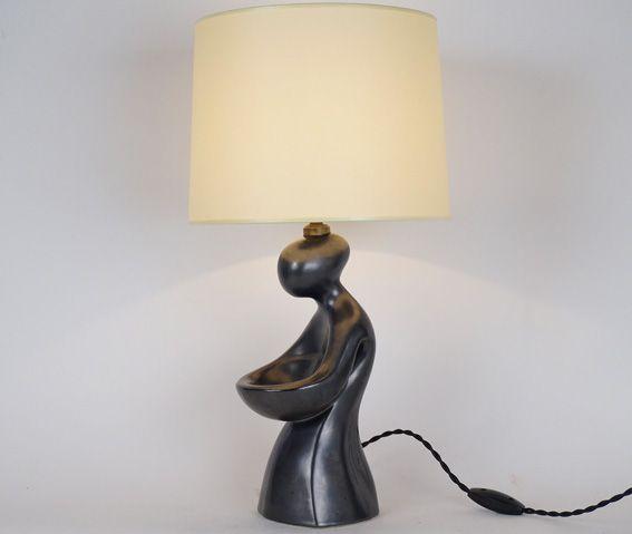 Lampe anthropomorphe en céramique noire mate XXème siècle  Hauteur avec abat-jour : 45 cm www.jifcollin.com