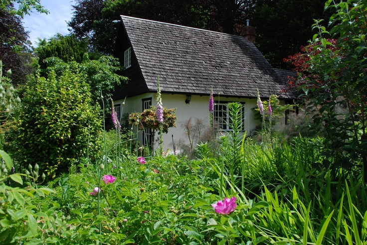 Edna Walling cottage, nestled into its garden.