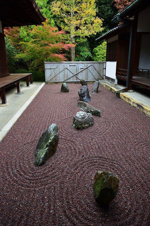 The garden represents tipical Japanese style.