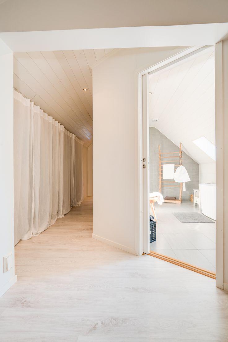 Praktiskt och schysst med klädkammare bredvid badrummet. Och kolla golvet! Och tonerna! :-D