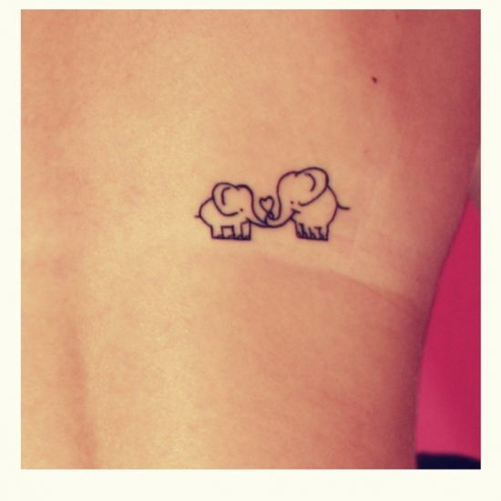 ELEFANTINHOS Bem delicados, os elefantes são bons animais para se tatuar, pois têm as fêmeas se unem para levar os filhotes nas caminhadas.
