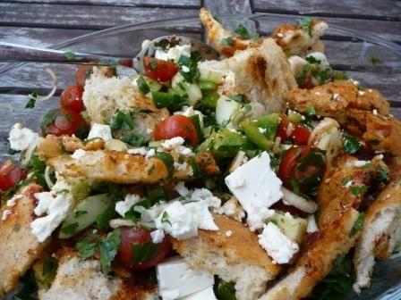 Fattoush ist ein Brot-Salat aus dem östlichen Mittelmeerraum, den man in der syrischen, türkischen und arabischen Küche findet. Anders als der toskanische Brotsalat Panzanella kommt Fattoush mit vi…